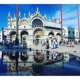 Day 9 of the #ExpatExplore #UltimateEurope tour - a free day to explore #Venezia! St Marks Square is incredible during the day, and a water tour of the Grand Canal is a must do - especially for those wanting those classic Venetian photos! Follow Laura ( @lauratourleader) as she captures her experiences as an Expat Explore tour leader across #Europe.